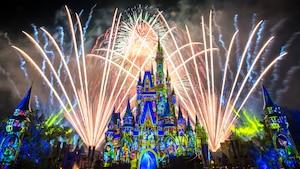 Um show de fogos de artifício ocorre sobre o Cinderella Castle