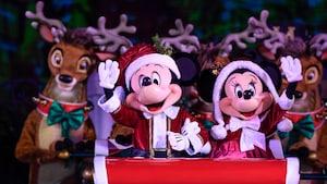 Mickey e Minnie, vestidos como Papai e Mamãe Noel, andam em um trenó cercado por renas