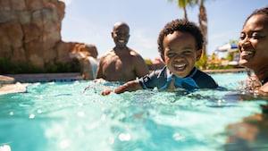 Madre e hijo nadan con un bebé en la piscina de Disney's Riviera Resort