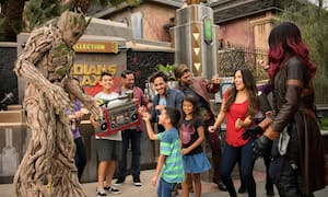 Visitantes en la fiesta de baile Guardians of the Galaxy Awesome Dance Off en Disney California Adventure Park