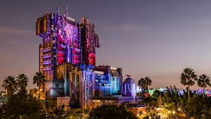 Vista nocturna de la atracción Guardians of the Galaxy en Disney California Adventure Park