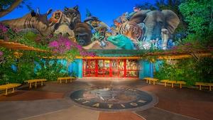 La entrada colorida al aire libre de Conservation Station rodeada de diseños de animales enormes