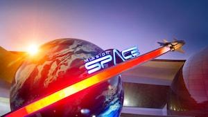 Mission: Un letrero de SPACE que presenta una nave espacial que pasa a gran velocidad por la Tierra fuera de la atracción en Epcot
