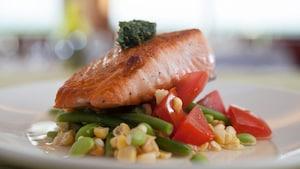 Un plato de salmón con vegetales de The Wave...of American Flavors
