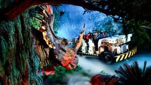 Perfil de un Triceratops con un jeep de viaje en el tiempo lleno de Huéspedes que circula por la atracción Dinosaur