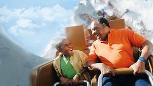 Un padre con su hijo en Expedition Everest - Legend of the Forbidden Mountain