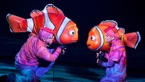 Los titiriteros dan vida a los personajes de Disney•Pixar durante la presentación de Finding Nemo - The Musical