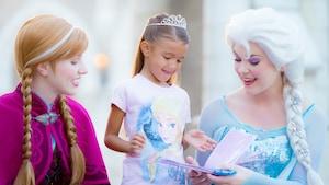 Una Visitante disfruta de un encuentro con Personajes, con Anna y Elsa, en el pabellón de Noruega, en Epcot