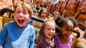 Un grupo de niños grita en una montaña rusa