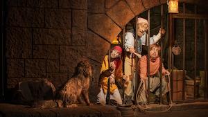 Piratas de Audio-Animatronic ruegan por asistencia canina durante Pirates of the Caribbean en Adventureland
