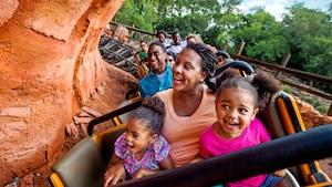 Visitantes gritam empolgados durante um passeio a bordo da locomotiva desgovernada da Big Thunder Mountain Railroad