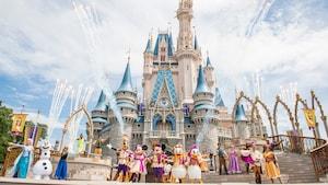 Mickey, Minnie, Donald, Daisy, Goofy e outros personagens posam durante o Mickey's Royal Friendship Faire