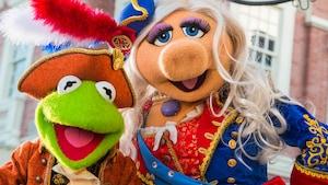 Kermit e Miss Piggy do The Muppets durante uma apresentação na Liberty Square do Magic Kingdom Park