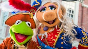 Kermit e Miss Piggy do The Muppets durante uma apresentação na Liberty Square do Magic Kingdom Park
