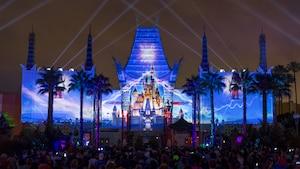 Una imagen de Cinderella Castle proyectada en la fachada de Grauman's Chinese Theatre