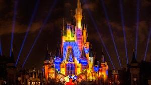 Efeitos de luzes vibrantes iluminam o Cinderella Castle durante o Once Upon a Time no Magic Kingdom Park