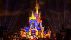 Efeitos de luzes vibrantes iluminam o Cinderella Castle durante o Once Upon a Time no Magic Kingdom Park