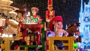 Woody e Jessie dos filmes Toy Story se apresentam durante o desfile Once Upon a Christmastime Parade