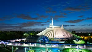 Space Mountain illuminé dans la soirée à Tomorrowland au parc Magic Kingdom