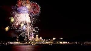 Fogos de artifício iluminam a noite sobre a Seven Seas Lagoon no Walt Disney World Resort