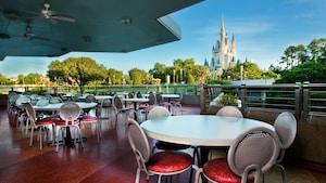 Un área para sentarse con vista al Cinderella Castle