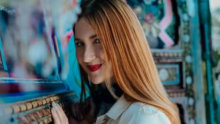Una mujer joven sonríe