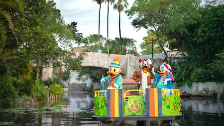 Donald Duck, Daisy Duck y Launchpad McQuack a bordo de un bote que flota sobre el Discovery River
