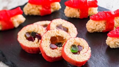 Swedish Fish sobre bocados Rice Krispies Treats, junto a bocados Rice Krispies Treats envueltos en cuero de fruta y rellenos con gomita