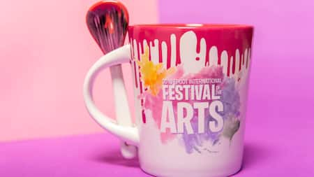Una taza promocional de Epcot International Festival of the Arts, diseñada como un contenedor de pintura