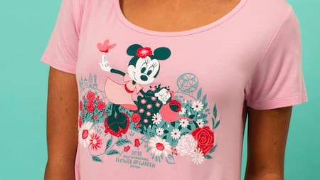 Una camiseta de cuello grande con Minnie Mouse promocionando Epcot International Flower and Garden Festival
