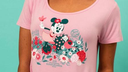Una camiseta de cuello grande con Minnie Mouse promocionando Epcot International Flower and Garden Festival