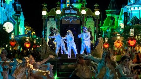 El desfile Boo to You con una carroza de Haunted Mansion y 3fantasmas haciendo dedo