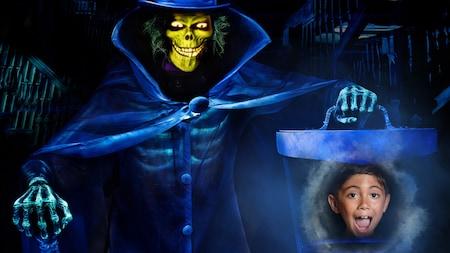 Una foto que dice The Haunted Mansion muestra a uno de los fantasmas temibles y burlones sosteniendo la cabeza de un niño gritando dentro de una caja
