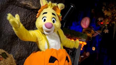 Rabbit de Winnie the Pooh con un disfraz de calabaza