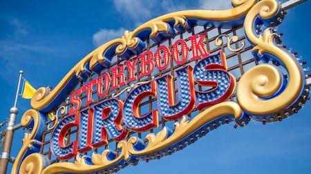 Uma grande sinalização ornamentada em que se lê Storybook Circus