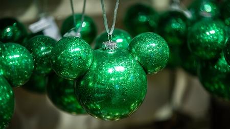 Um enfeite de Natal no formato da cabeça do Mickey Mouse