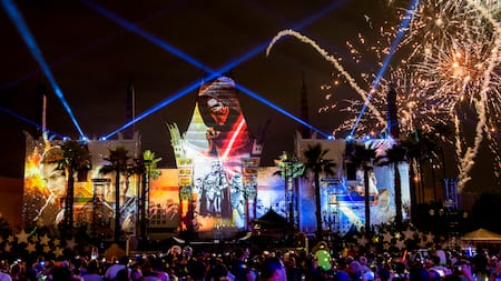 Focos, fuegos artificiales y efectos visuales de Star Wars combinados en Disney's Hollywood Studios