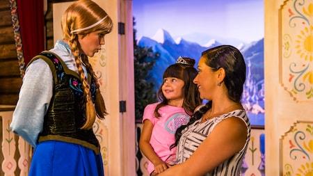 Anna, de 'Frozen', sonríe mientras saluda a una niña y a su madre
