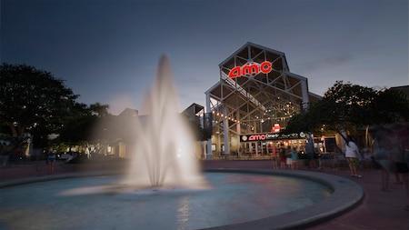 Fonte decorativa em frente ao cinema AMC Disney Springs 24 ao amanhecer