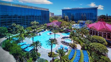 Dos alas de Disneyland Hotel se encuentran junto a su gran piscina