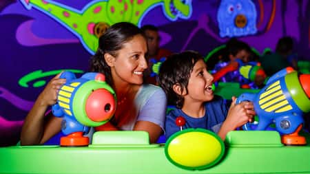 Visitantes disfrutan de Buzz Lightyear's Space Ranger Spin en el Parque Temático Magic Kingdom en Walt Disney World Resort