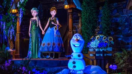 Anna, Elsa et Olaf se tiennent debout dans l'attraction Frozen Ever After