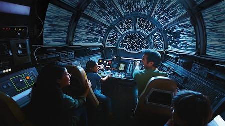 Una familia vuela hacia el hiperespacio en la cabina del Millennium Falcon