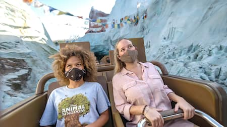 2 Visitantes pasean en Expedition Everest – Legend of the Forbidden Mountain