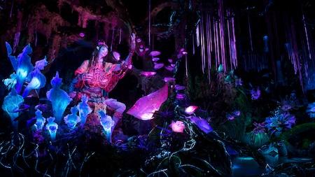 La Na'vi Shaman of Songs en una selva bioluminiscente en la atracción Na'vi River Journey