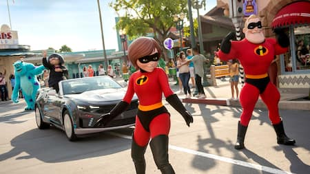 Mister Incredible and Elastigirl walking and waving in the motorcade