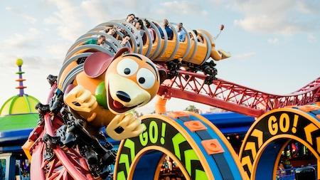 Um grupo de pessoas na Slinky Dog Dash