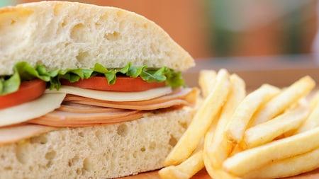 Um sanduíche com batata frita de acompanhamento