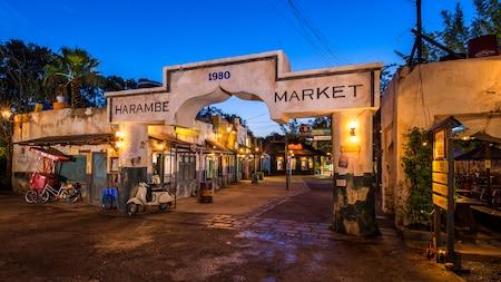 A entrada principal rústica do Harambe Market ao entardecer