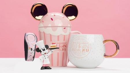 Uma estatueta da Minnie Mouse com uma MagicBand e canecas temáticas do Food & Wine Festival2019